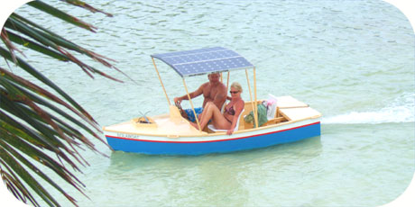 >>> the innovative SOLABOAT operated by visitor couple on Muri Lagoon
